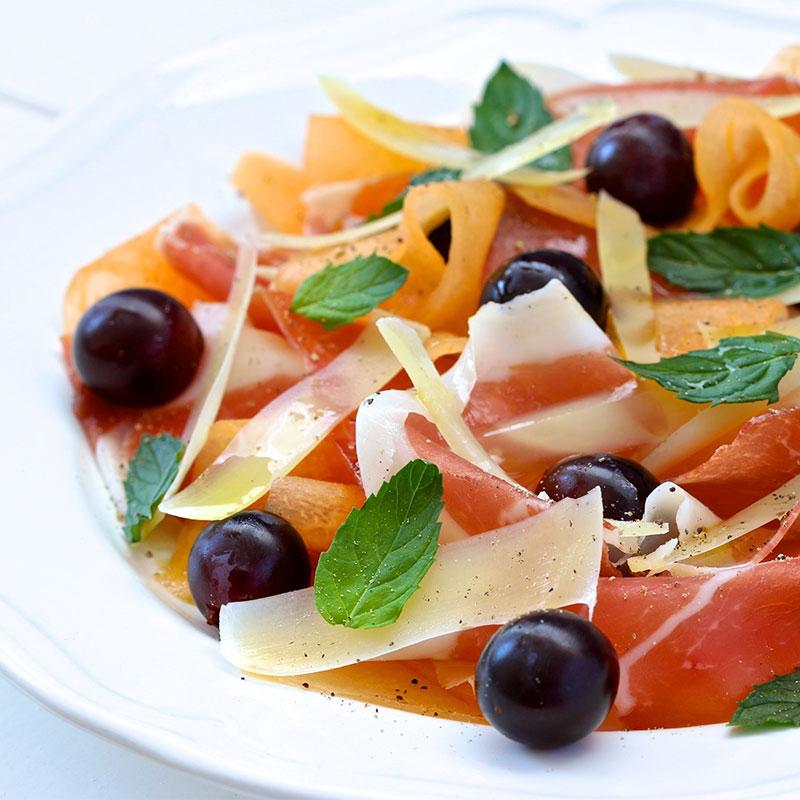 Разгледайте салатите от нашето меню